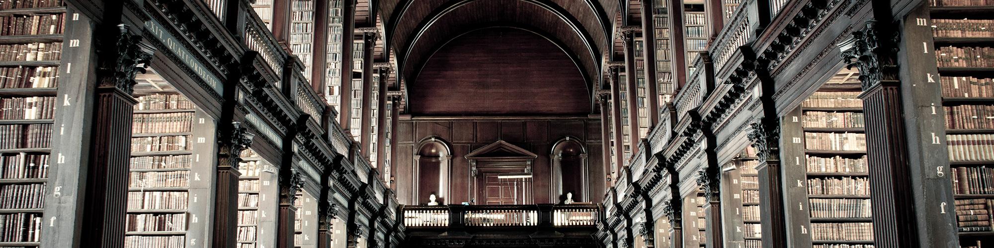 Der Gang der Bücherei des Trinity College von innen.