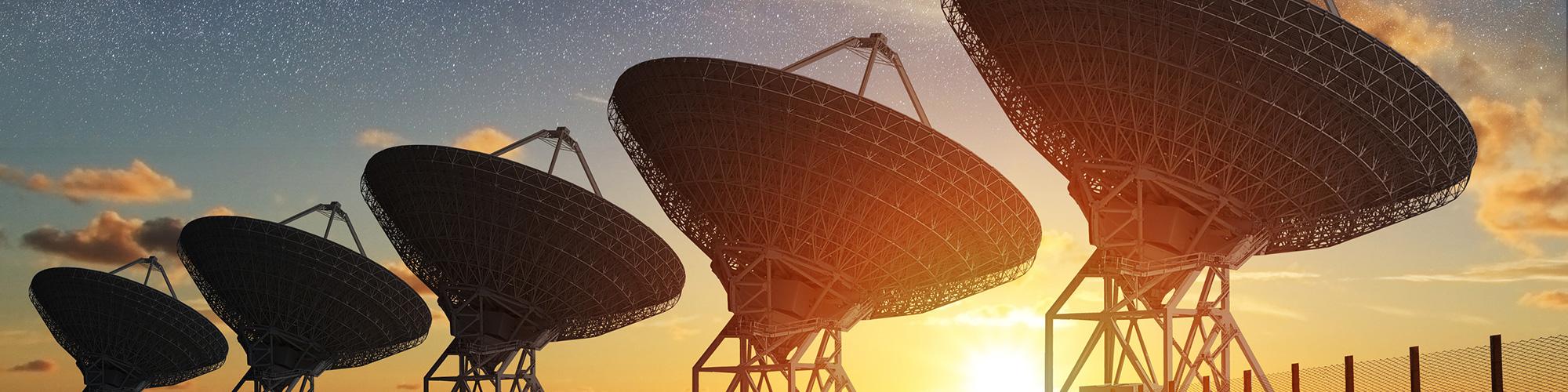 Netzwerkleistungen sind steuerbar: Satellitenschüsseln im Sonnenaufgang