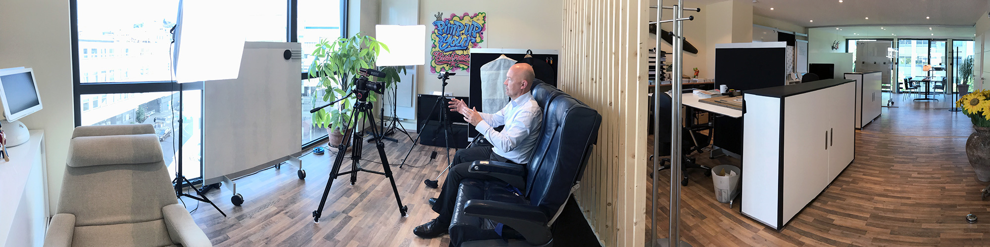 Unser CEO beim Aufnehmen eines Podcasts im HQ.