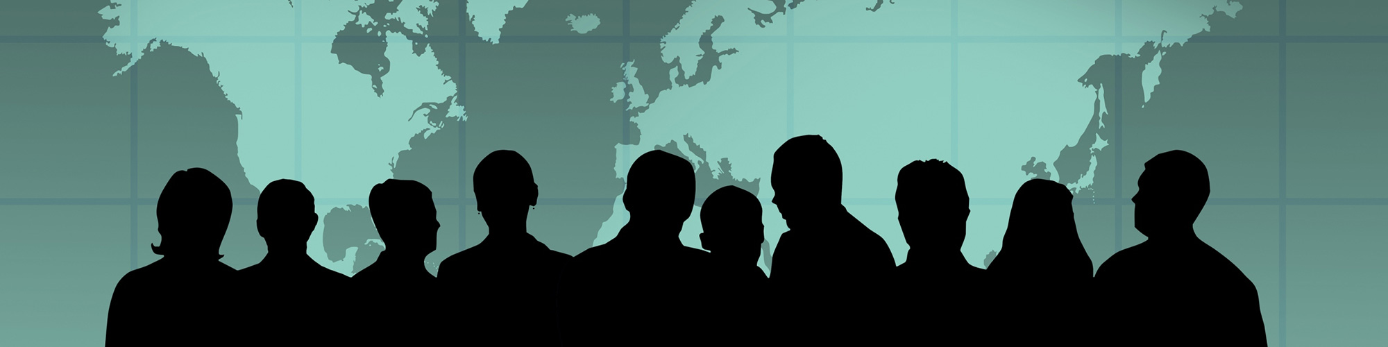 Die Schatten mehrerer Personen vor einer Weltkarte