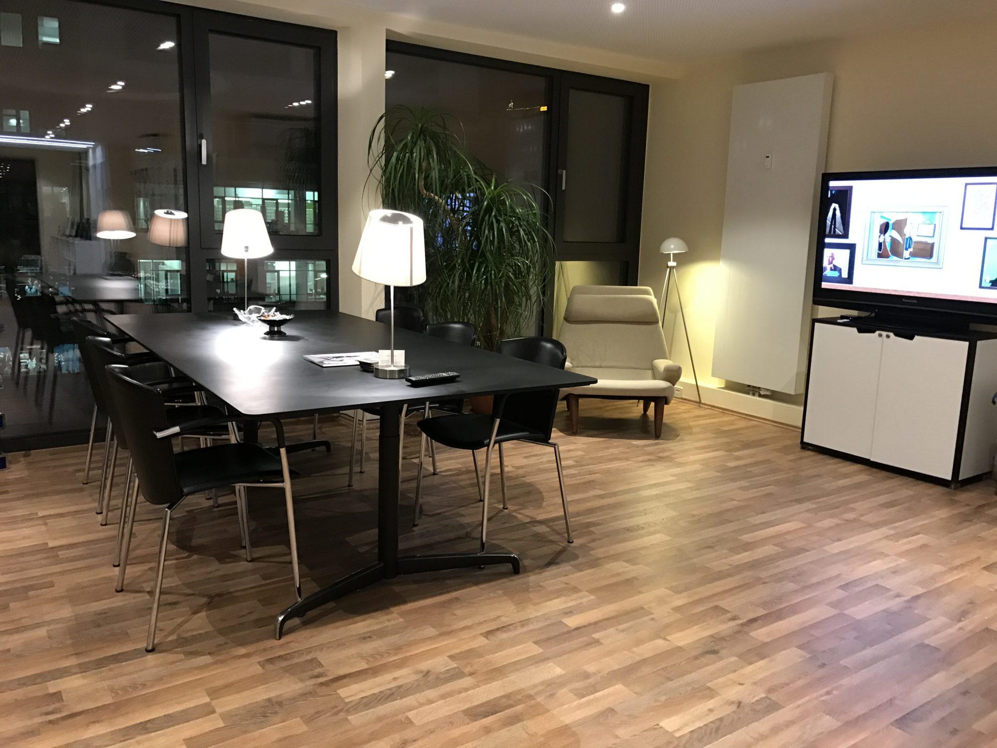 Der Arbeitsbereich unseres Büros bei Nacht